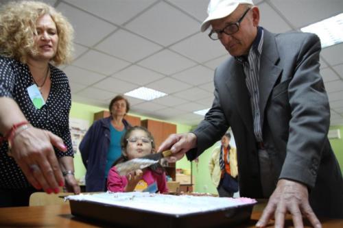 Ритуално разрязване на тортата от най-възрастния Александър Божиков.
